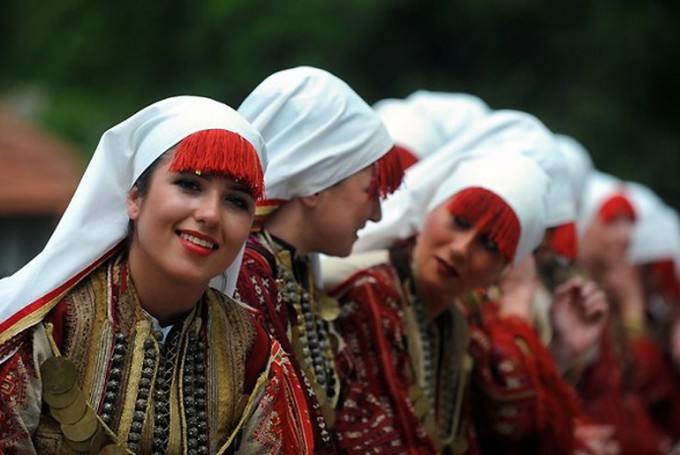 Macedonian girls in old traditional dres