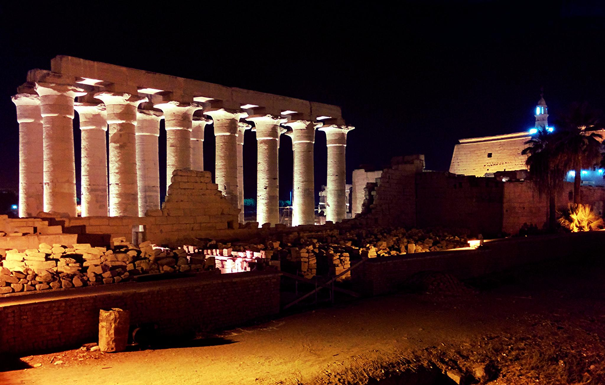 Ночной Луксор. Фото: Dennis S. Hurd / flickr.com